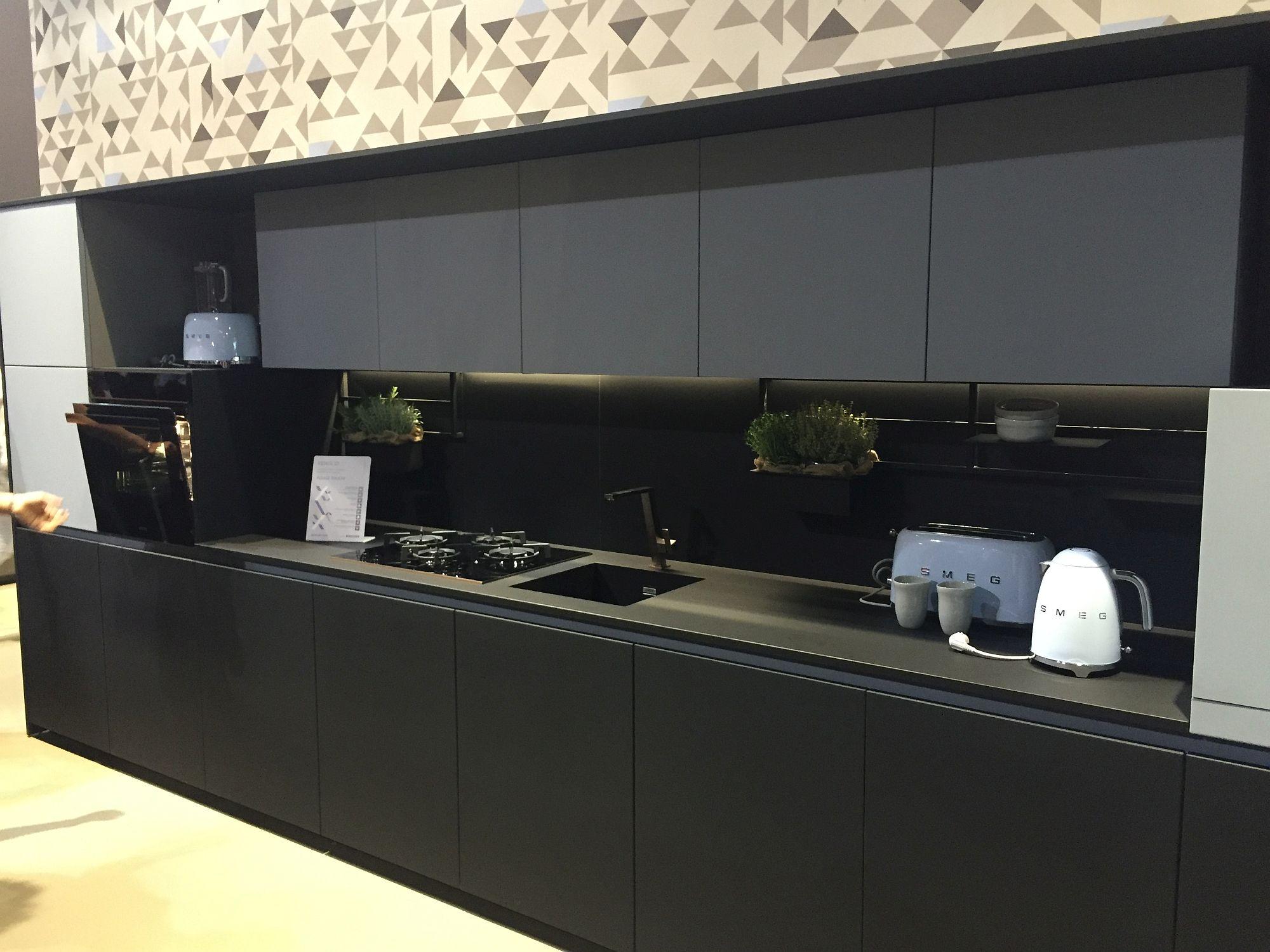Стильный дизайн чёрно-серой кухни - фото 3