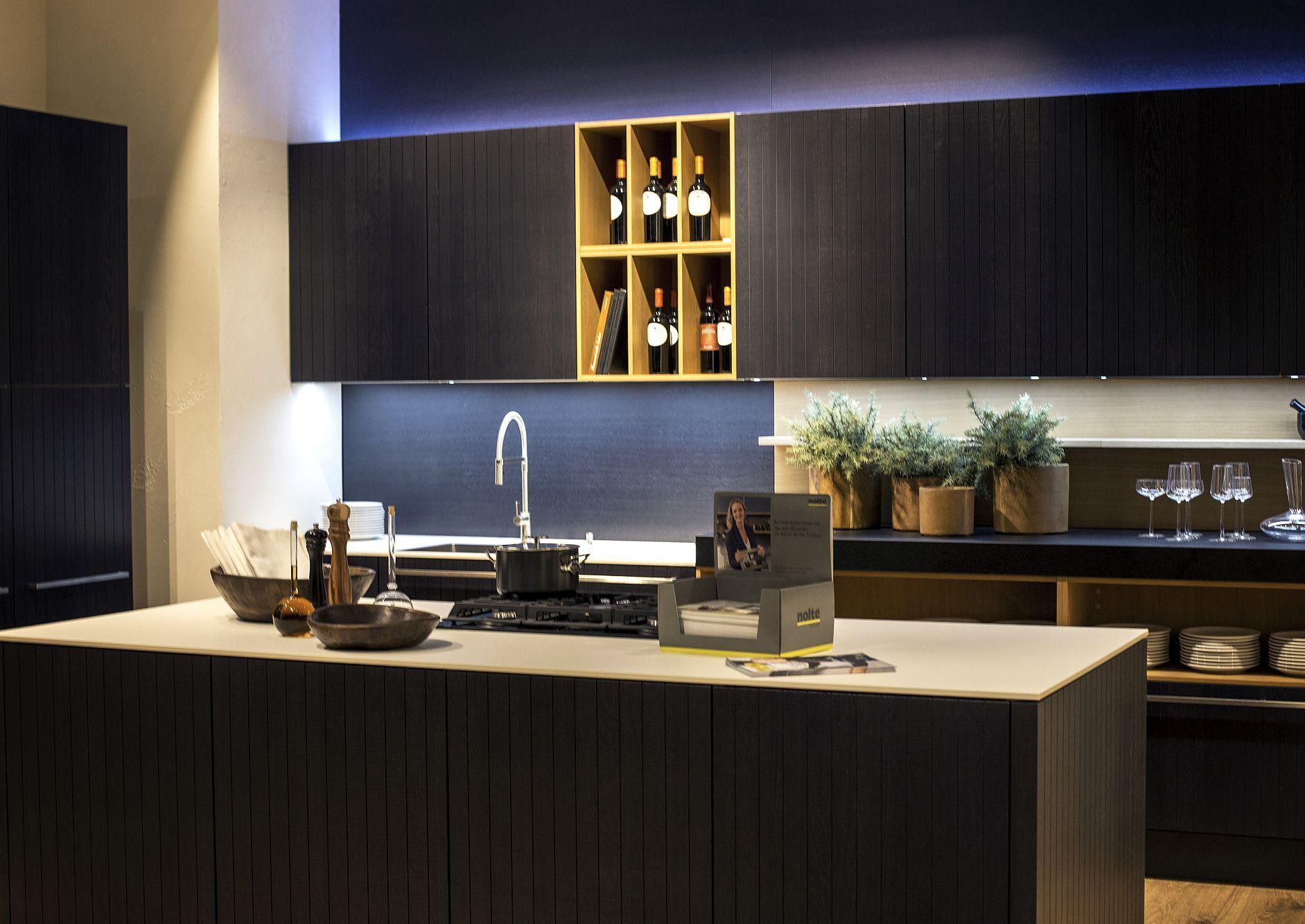 Стильный дизайн чёрно-серой кухни - фото 4