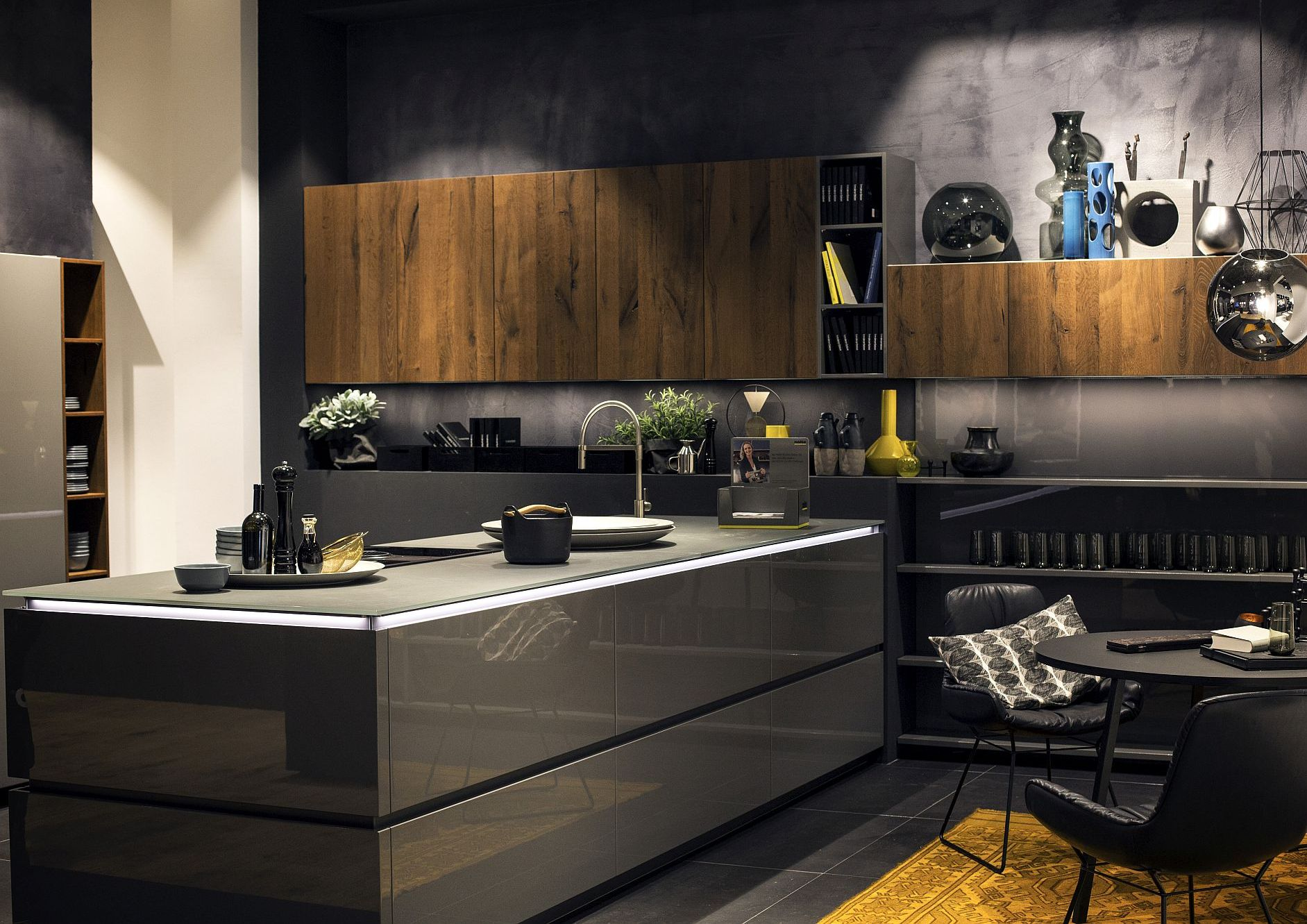 Стильный дизайн чёрно-серой кухни - фото 7