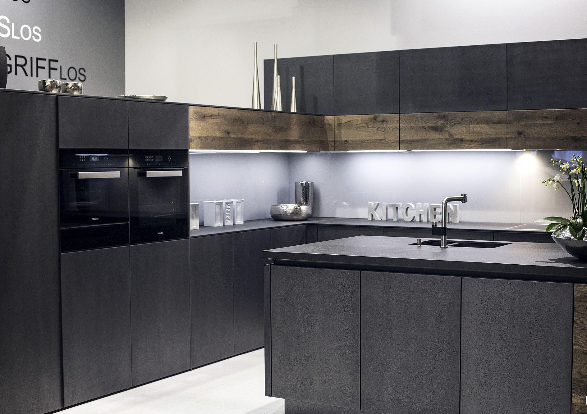 Стильный дизайн чёрно-серой кухни - фото 9