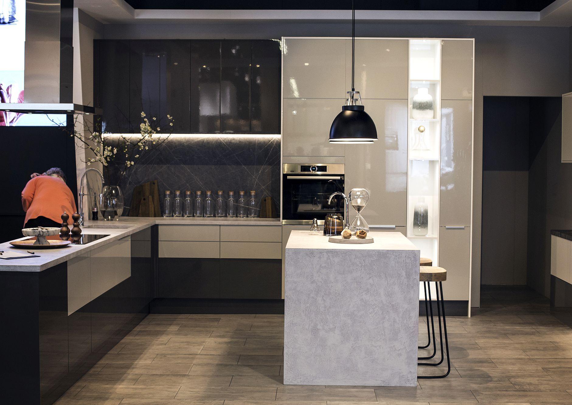 Стильный дизайн чёрно-серой кухни - фото 10