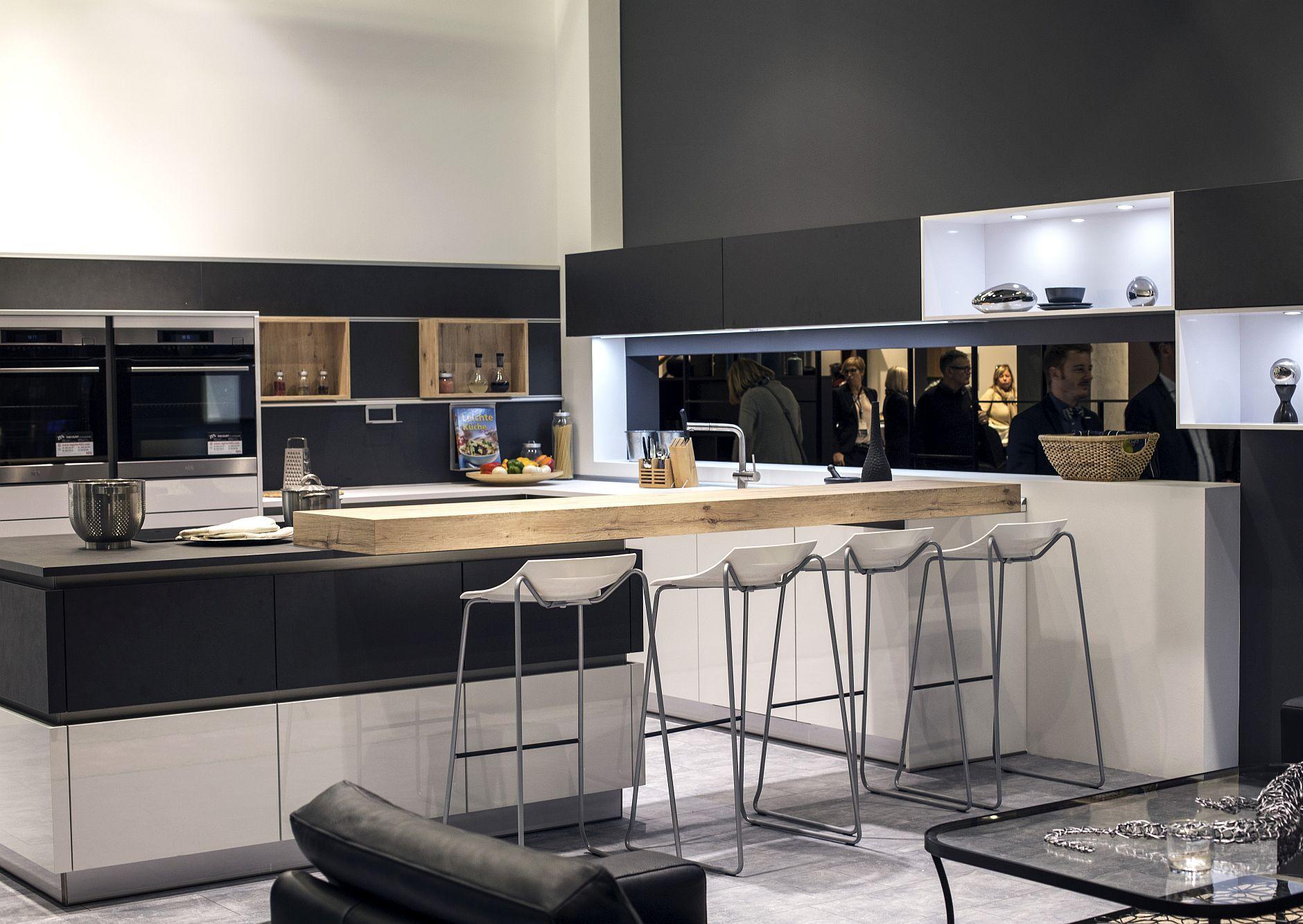 Стильный дизайн чёрно-серой кухни - фото 14