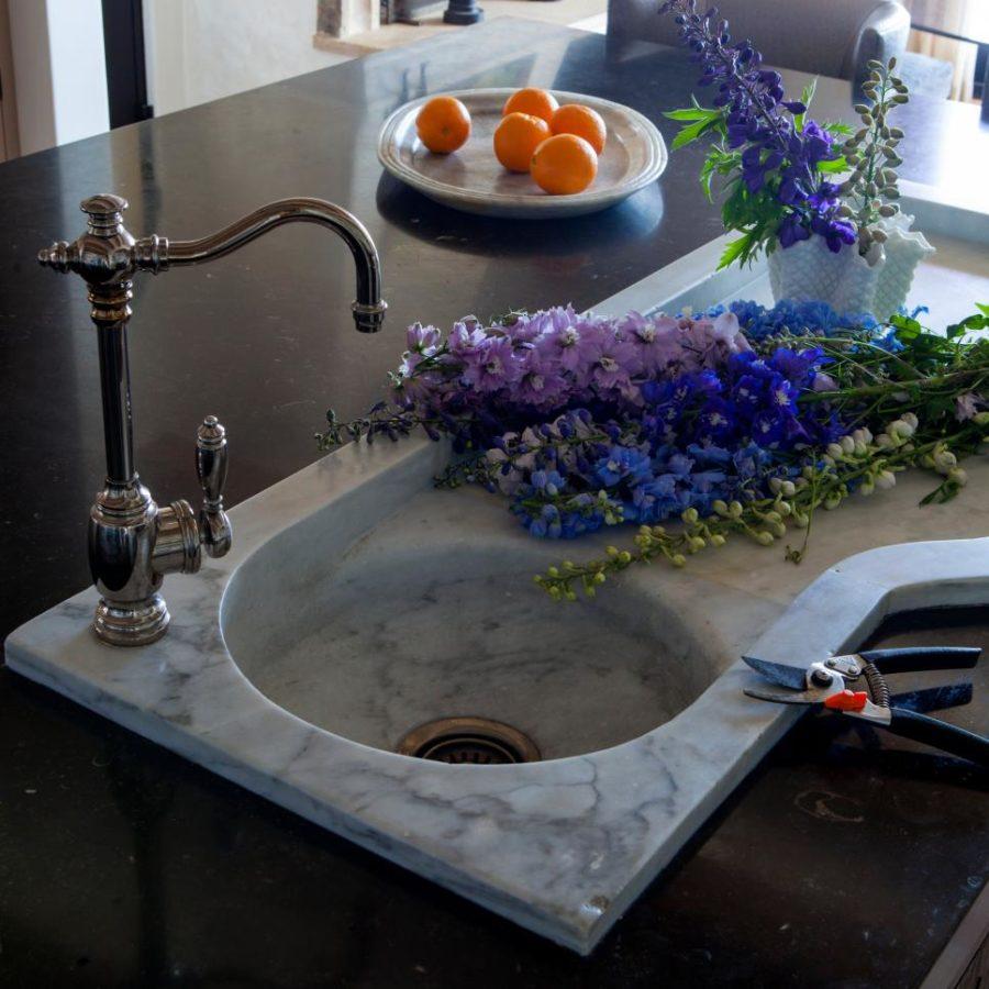 Оригинальный дизайн раковин для кухни - мраморная раковина и цветы