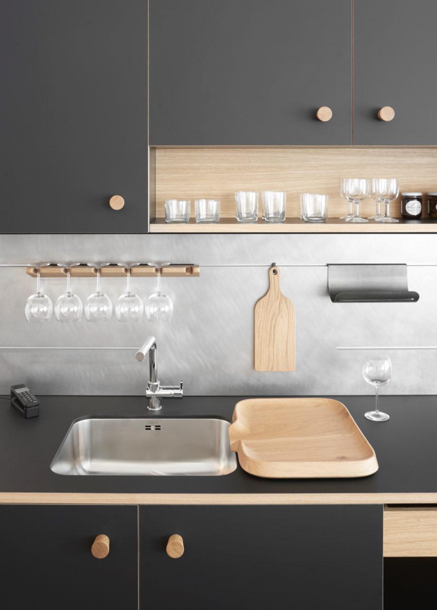 Оригинальный дизайн раковин для кухни - мойка с деревянной крышкой