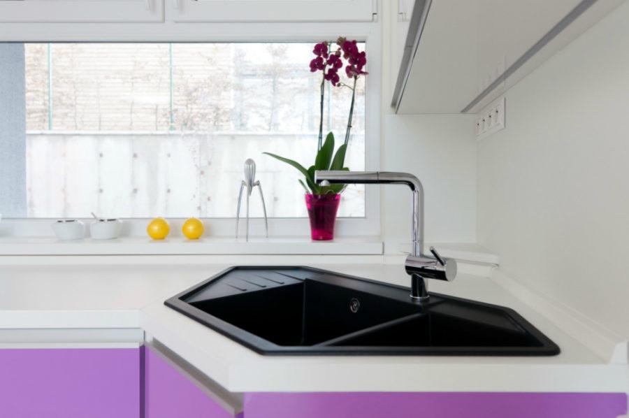 Оригинальный дизайн раковин для кухни - угловая мойка от Goldfish Interiors