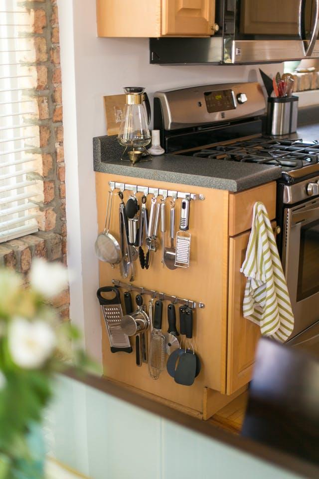 Идеи хранения вещей на кухне: крючки для посуды