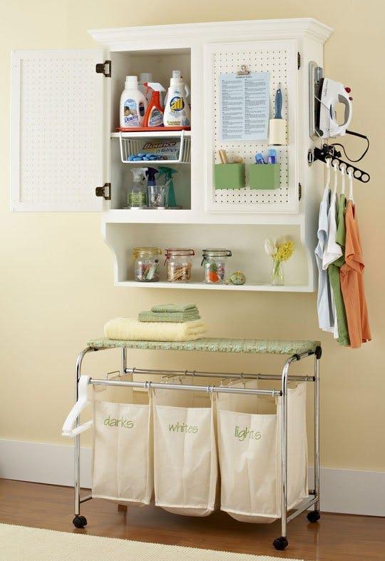 Идеи хранения вещей на кухне: использование дверей подвесного шкафчика