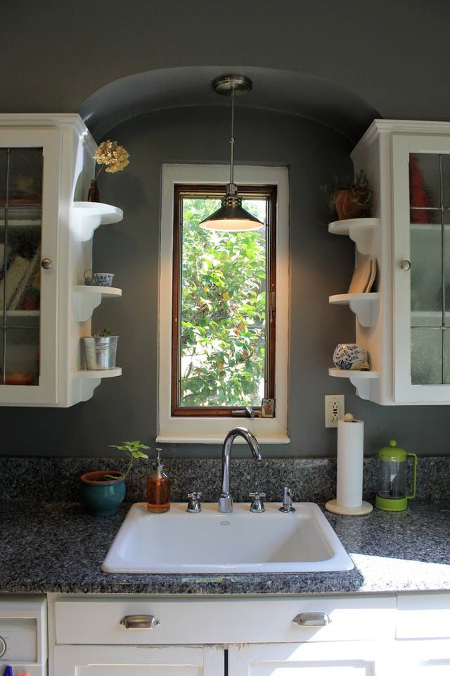 Идеи хранения вещей на кухне: открытые полки