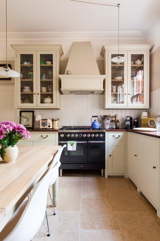 Идеи хранения вещей на кухне: полка с секциями