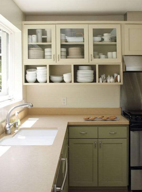 Идеи хранения вещей на кухне в светлых тонах