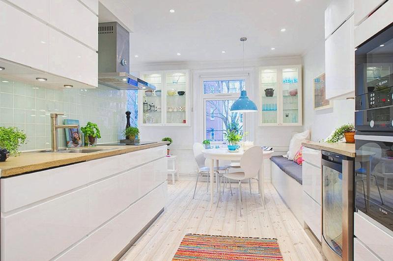 Полы из натурального дерева в интерьере светлой кухни