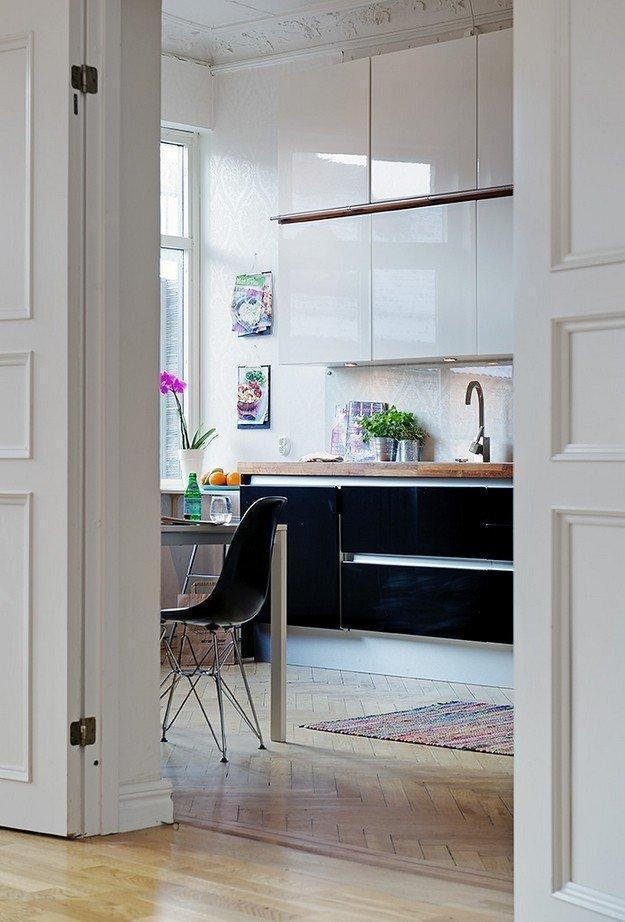 Интерьер функциональной светлой кухни в скандинавском стиле