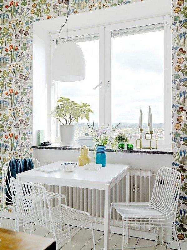 Цветочные обои в оформлении стены кухни