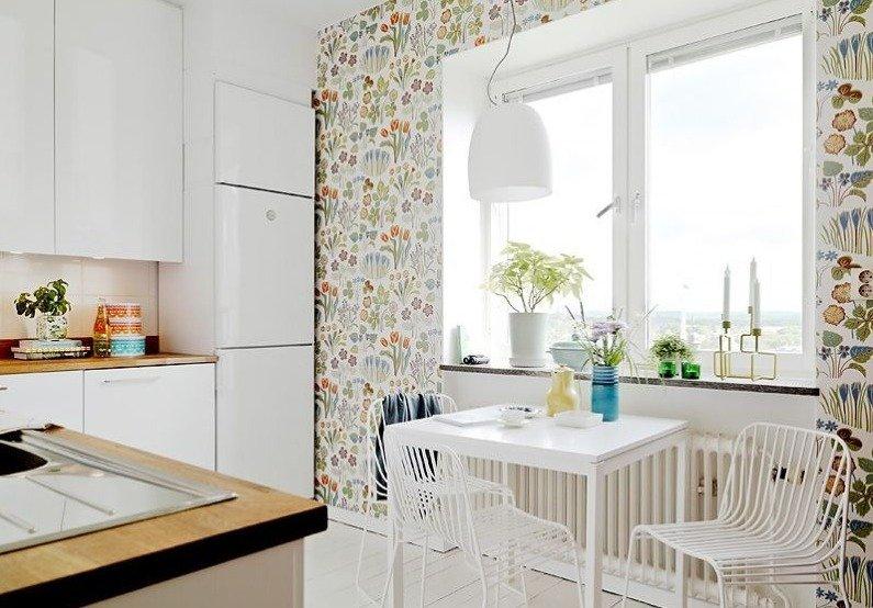 Дизайн кухни с обоями в цветочек