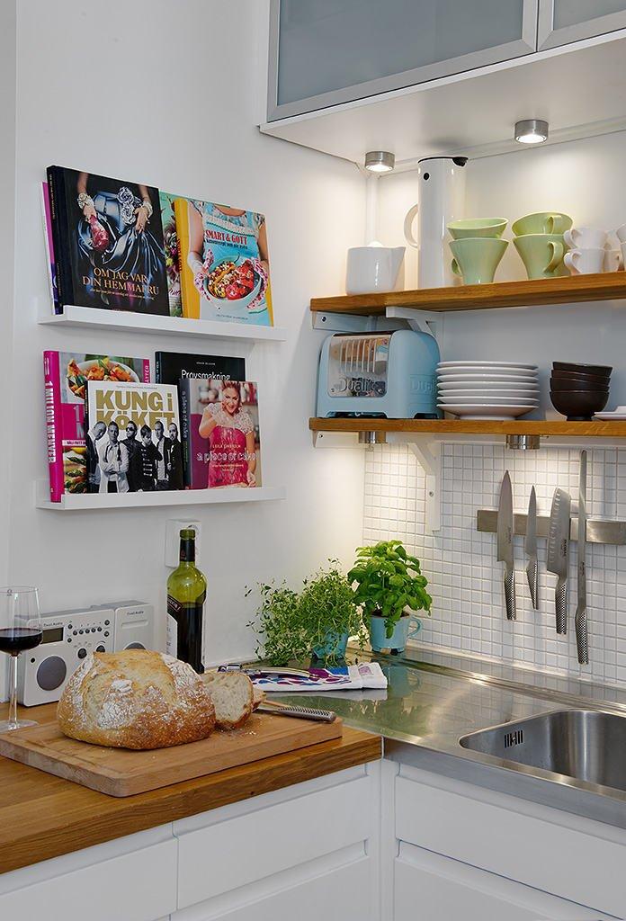Открытые полки с керамической посудой в нтерьере кухни