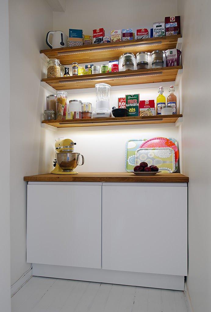 Открытые полки из натурального дерева кухонной кладовой