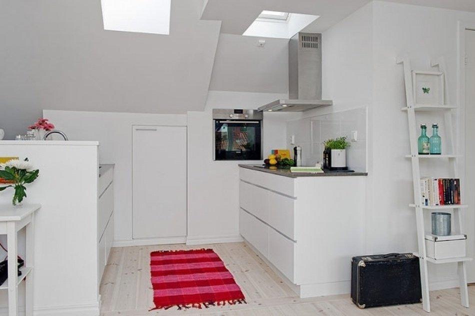Яркий половик в интерьере светлой кухни