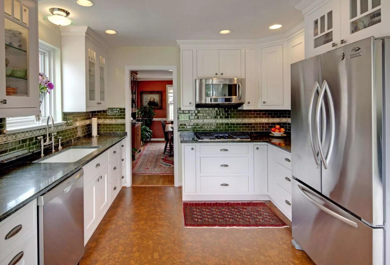 Пробковый пол в сочетании с интерьером кухни