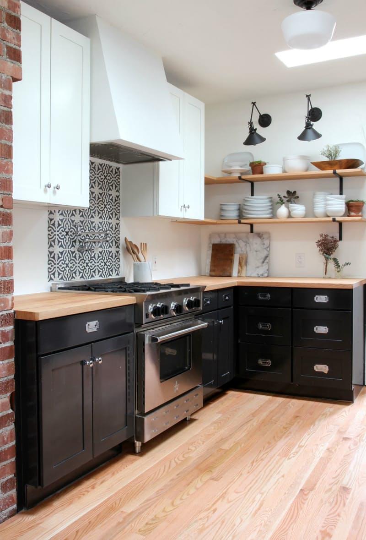 Варианты ремонта кухни: деревянные полки для посуды