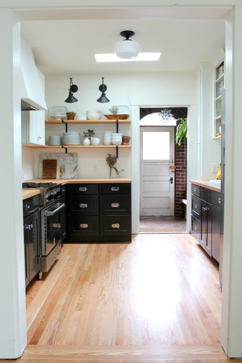 Варианты ремонта кухни: светлый деревянный пол