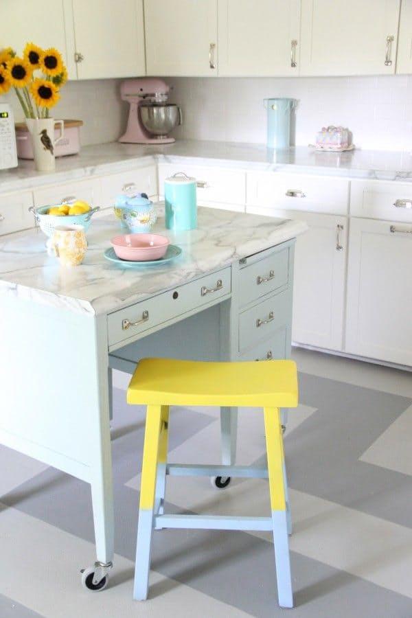 Варианты ремонта кухни: желтое сидение у табуретки