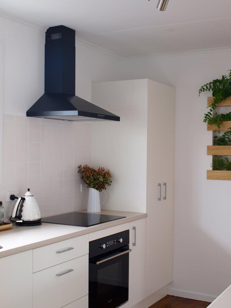 Варианты ремонта кухни: чёрная вытяжка над плитой