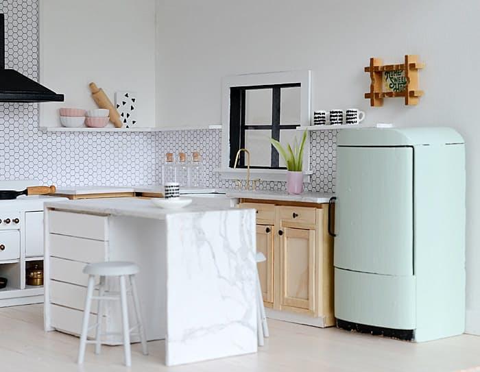 Создатели этого кукольного домика продумали дизайн кухни в скандинавском стиле во всех деталях