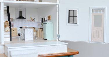Кухня в скандинавском стиле с открытыми стеллажами
