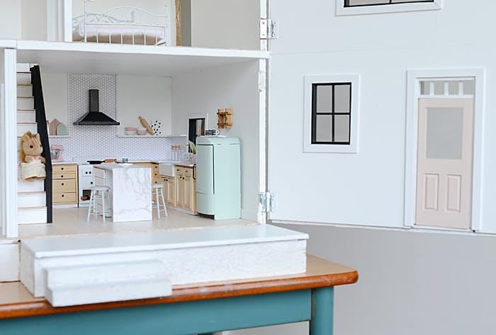 Дизайн кухни в скандинавском стиле кукольного домика