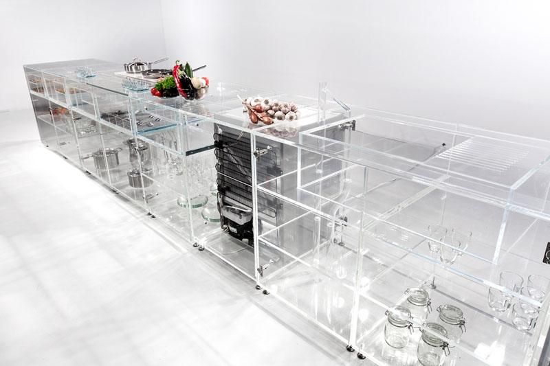 Прозрачные шкафы для кухни: большая рабочая поверхность