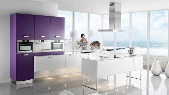 Фиолетовый интерьер кухни с добавлением белого