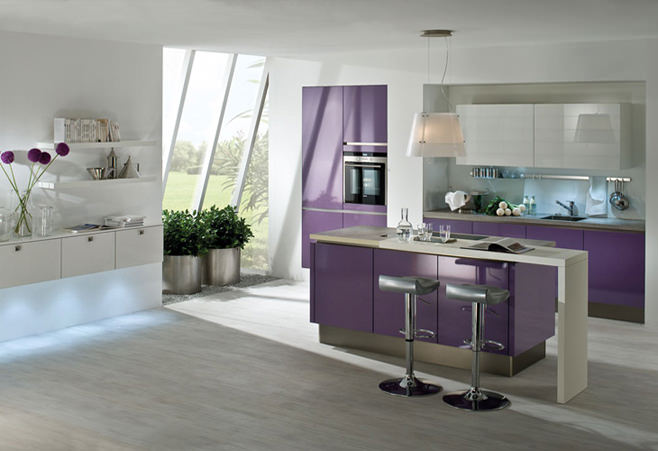 Дизайн интерьера кухни в богатых фиолетовых тонах
