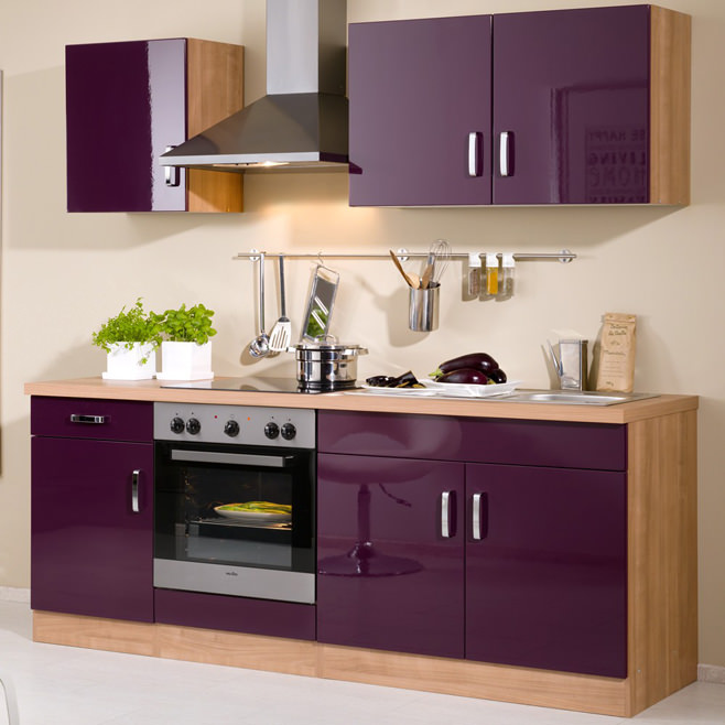 Фиолетовый интерьер кухни с добавлением натурального дерева