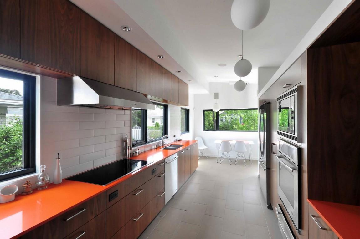 Интерьер кухни с яркими столешницами
