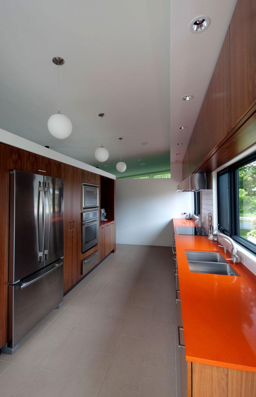 Интерьер кухни с яркой рабочей поверхностью
