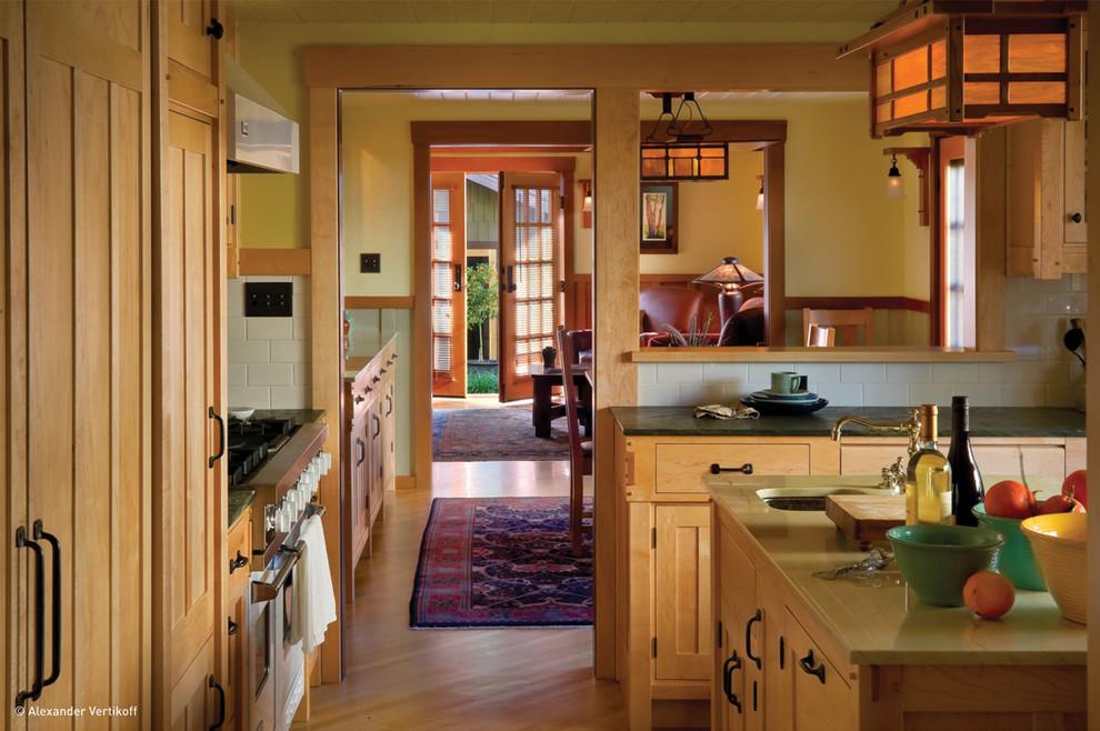 Элегантный дизайн интерьера кухни в классическом стиле от HartmanBaldwin Design/Build