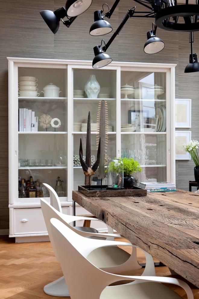 Современный дизайн серванта с расстановкой книг, посуды и предметов декора