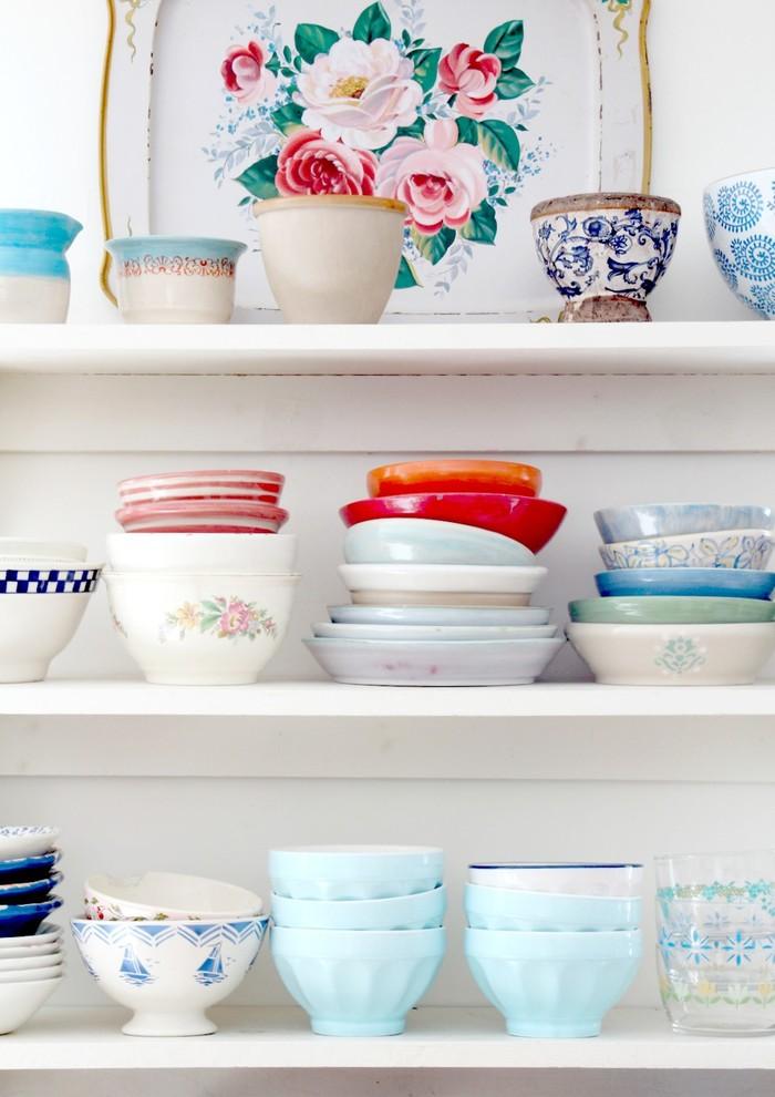 Открытые полки для хранения тарелок