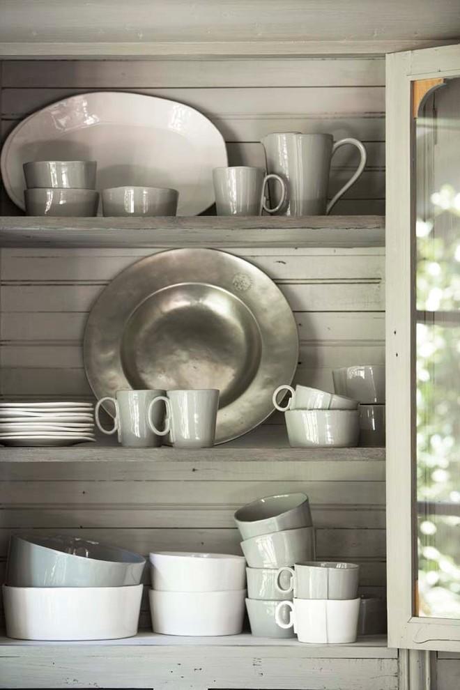 Полки для хранения посуды в серванте