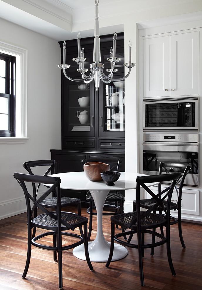 Черный сервант с прямым фасадом для хранения посуды