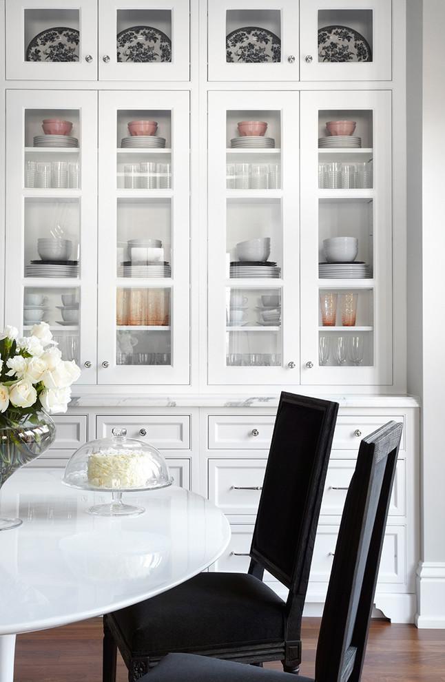 Белый сервант с прямым фасадом для хранения посуды