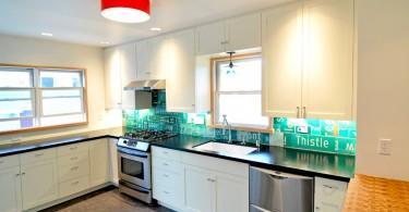 Оригинальный подвесной светильник с красным абажуром в обновлённом интерьере кухни