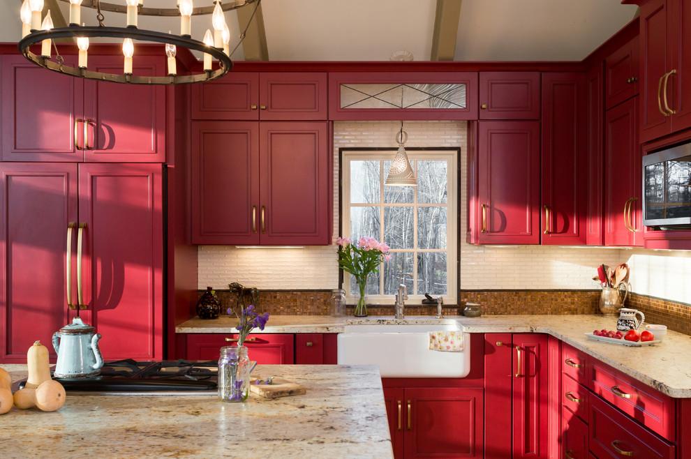 Красная кухня в деревенском стиле