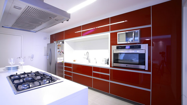 Феерический дизайн красно белой кухни