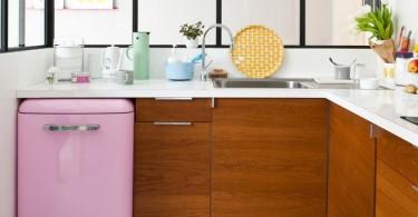 Маленький розовый холодильник в интерьере кухни