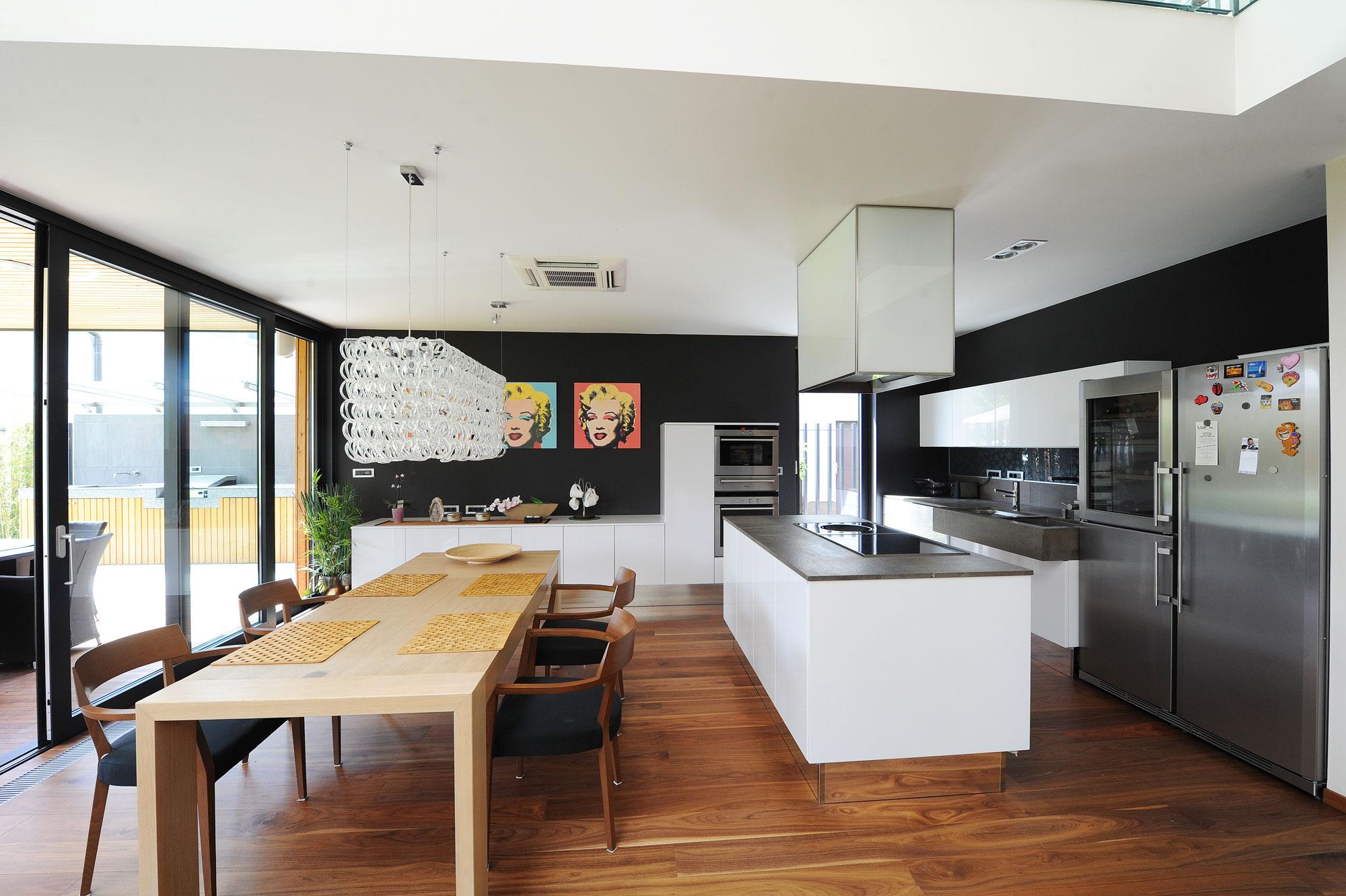 Интерьер современной светлой кухни