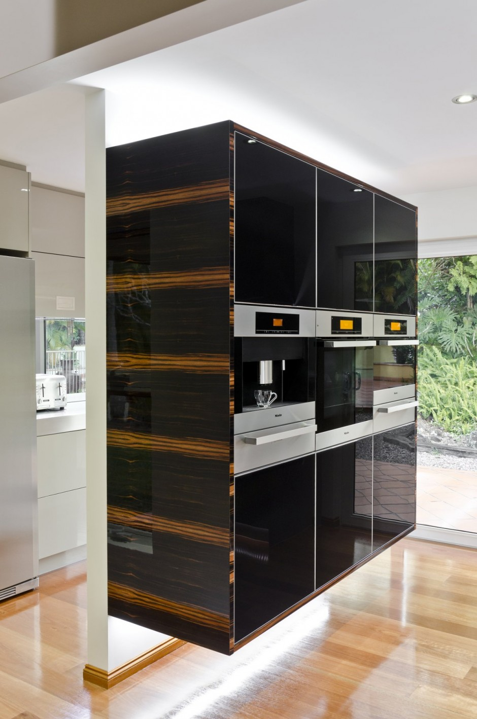Дизайн кухни в стиле минимализм от Даррена Джеймса: глянцевый мебельный гарнитур в чёрной гамме