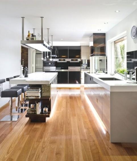 Полы из натурального светлого дерева в интерьере кухни