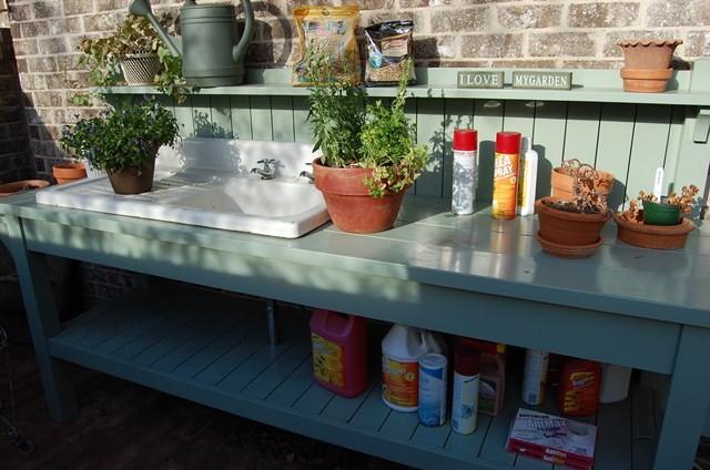 Антикварная мойка с крылом для сушки в интерьере летней кухни