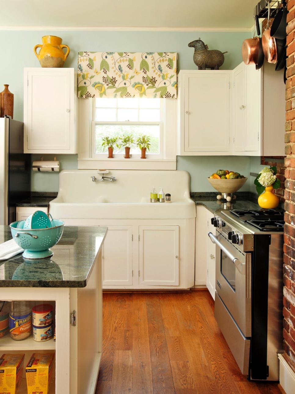 Антикварная мойка в интерьере современной кухни